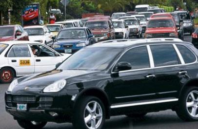 Efraín Rodríguez, dirigente de la Asociación Nacional de la Mediana y Pequeña Industria de Honduras (ANMPIH), demandó este día se reforme la Ley para introducir vehículos al país, ya que muchos automóviles ingresan por Guatemala y Honduras pierde el pago de impuestos por matricula.
