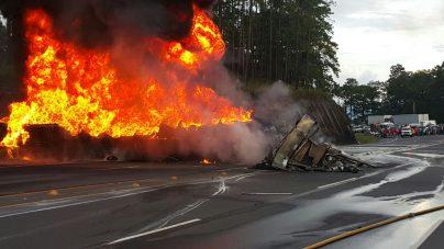 Incendio consume rastra que cargaba combustible en sector de Zambrano