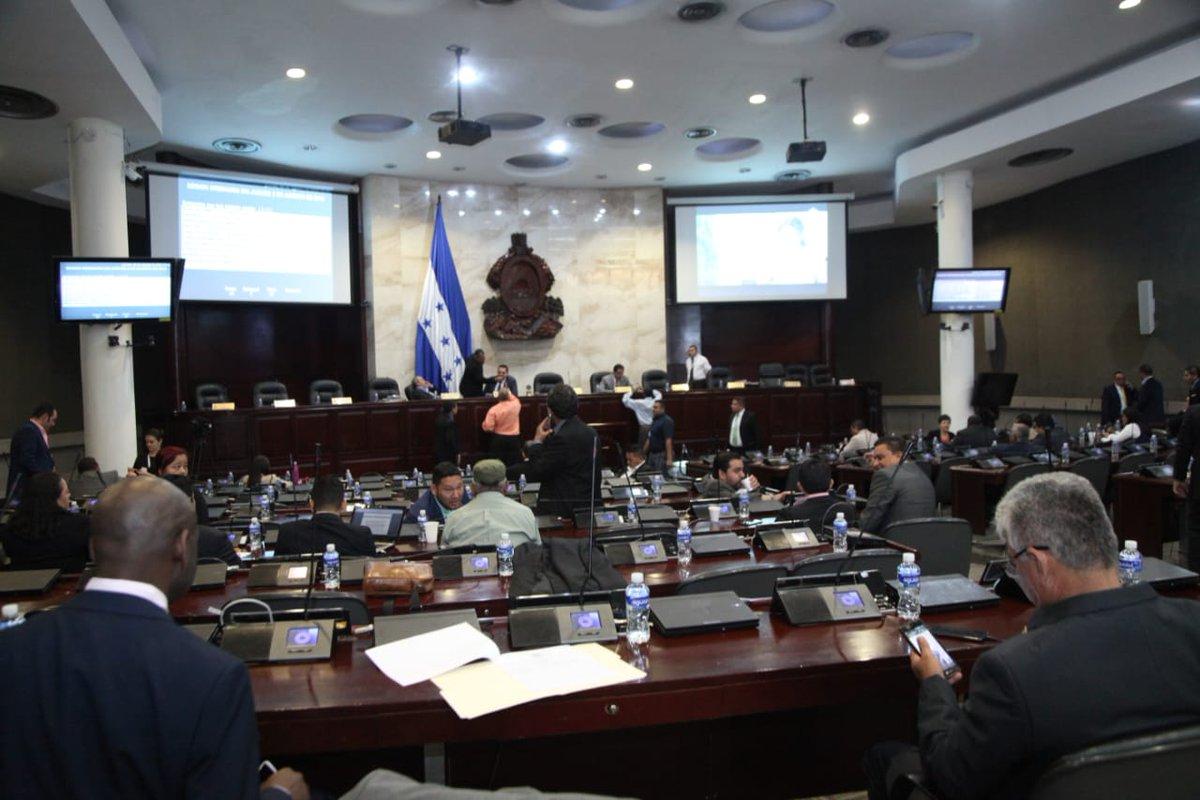 Diputado presenta proyecto para prohibir uso de celulares durante sesiones legislativas