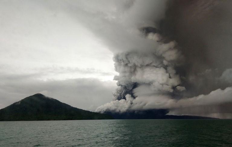 El volcán indonesio Anak Krakatoa perdió dos terceras partes de su altura