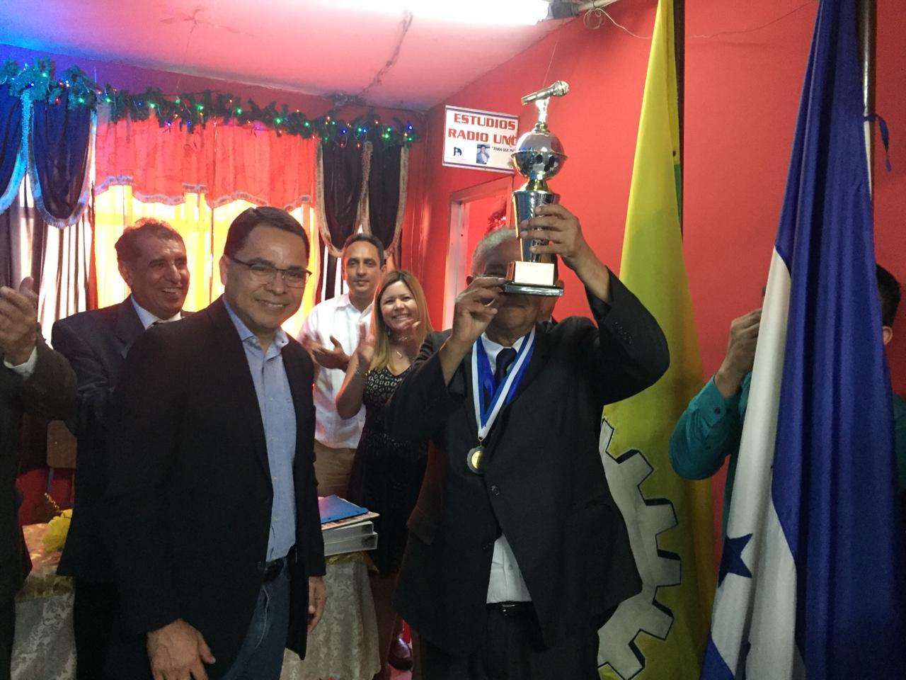 Recibo Micrófono de Oro con mucha humildad: Luis Edgardo Vallejo