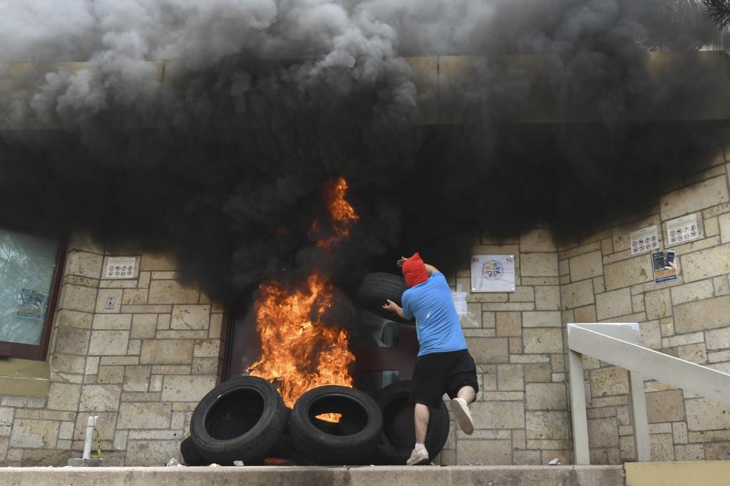 Justicia encarcela a hondureño acusado de incendiar portón de la embajada de EEUU