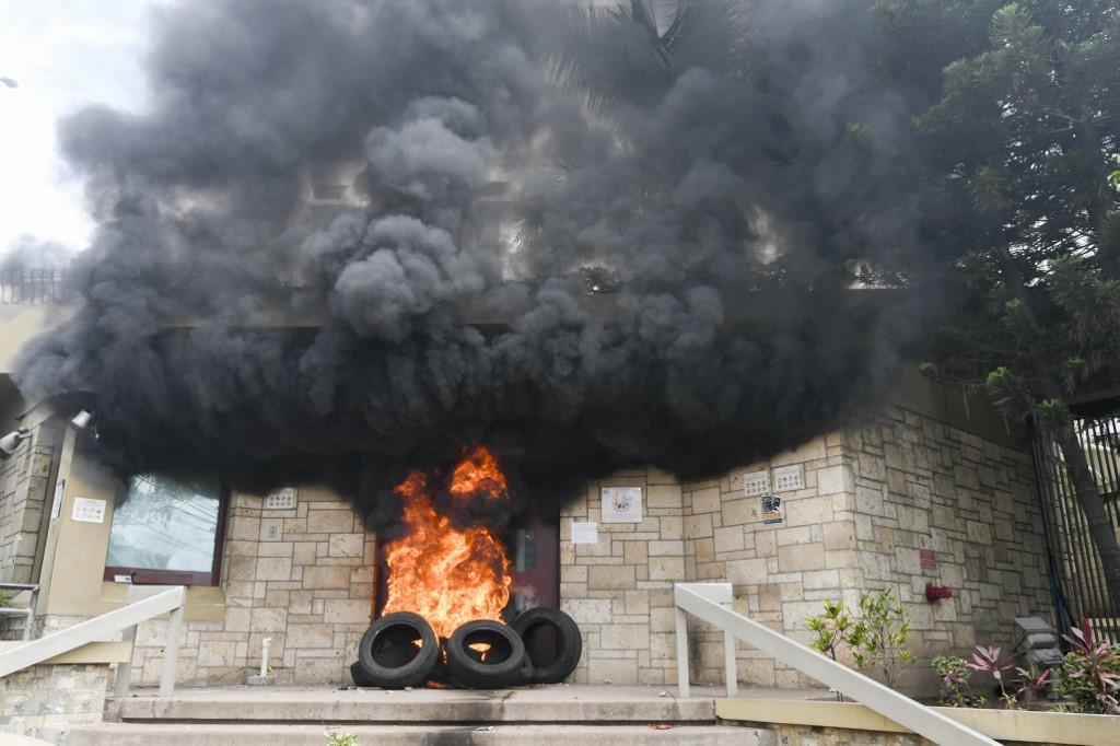 Autoridades de EEUU y hondureñas trabajan para llevar ante la justicia a responsables de incendiar portón de la Embajada