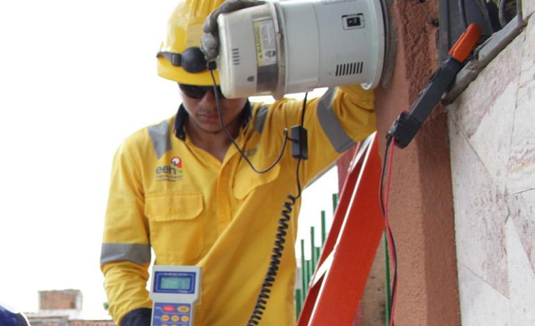 """Economista califica como una """"estafa"""" a los abonados la promediación de la tarifa eléctrica"""