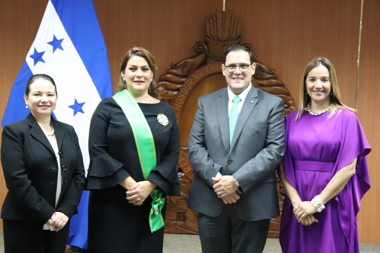 Cancillería hondureña juramenta cuatro nuevos embajadores