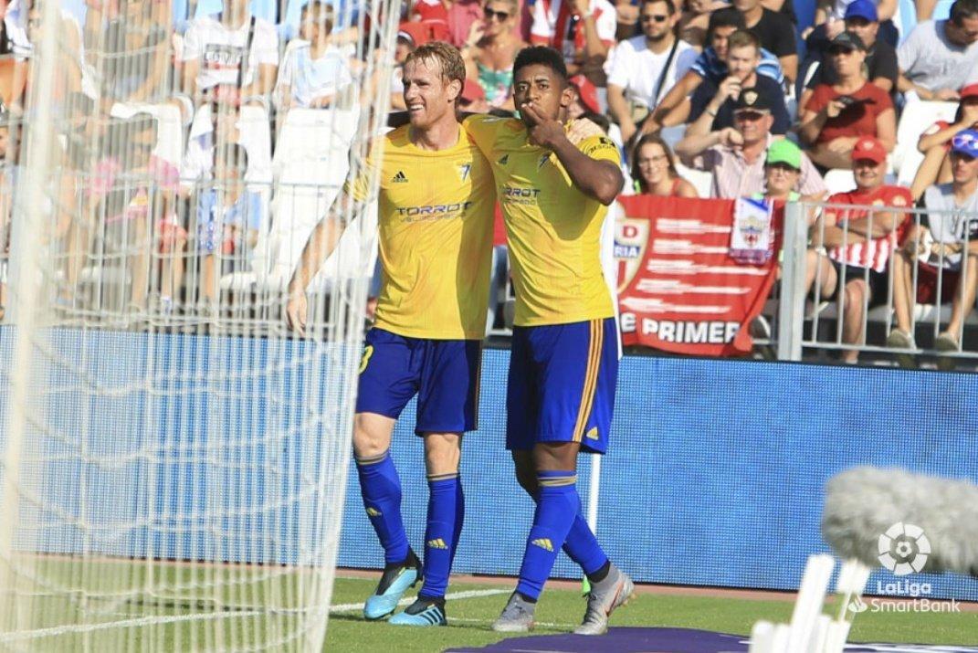 """El Cádiz del """"Choco"""" Lozano salva un punto y sigue líder"""