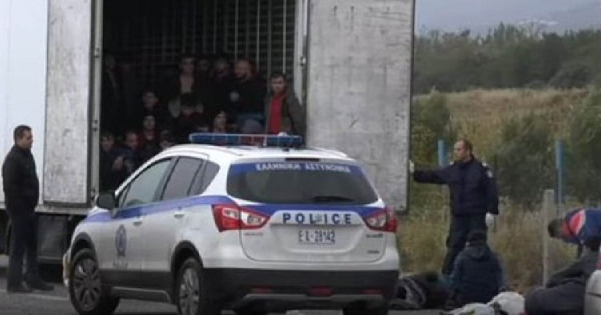 Encuentran 41 migrantes vivos en un camión refrigerado en el norte de Grecia