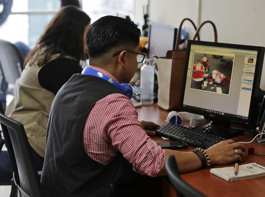 """AME962. TEGUCIGALPA (HONDURAS), 28/11/2019.- Vista de la sala de redacción del diario Proceso Digital, este jueves, en Tegucigalpa (Honduras). La muerte violenta de 83 periodistas y comunicadores sociales, ocho de ellos en lo que va de 2019, y algunas leyes que atentan contra la libertad de expresión y de prensa, han convertido a Honduras en un país """"hostil"""" para el ejercicio del periodismo. EFE/ Gustavo Amador"""