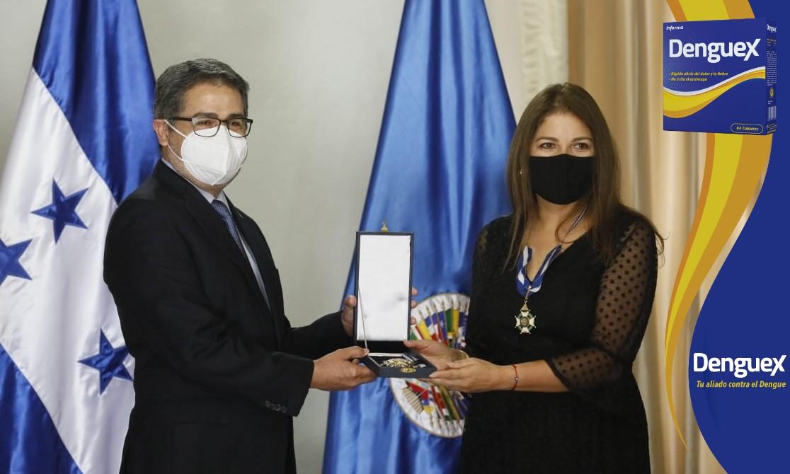 Presidente Hernández condecora a representante de la OEA por su apoyo al Gobierno de Honduras