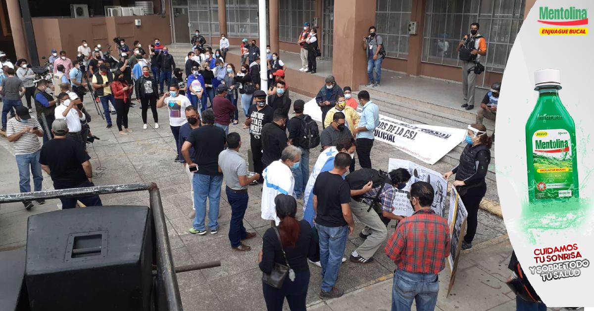 Grupo de personas protestan ante el MP y exigen la salida de los fiscales Oscar Chichilla y Daniel Sibrián y otros funcionarios