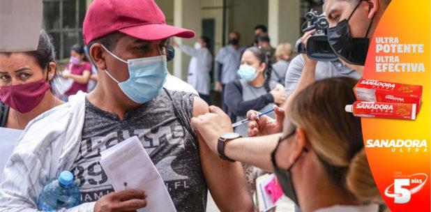 EE.UU. estudia vacunar a los migrantes que cruzan la frontera con México