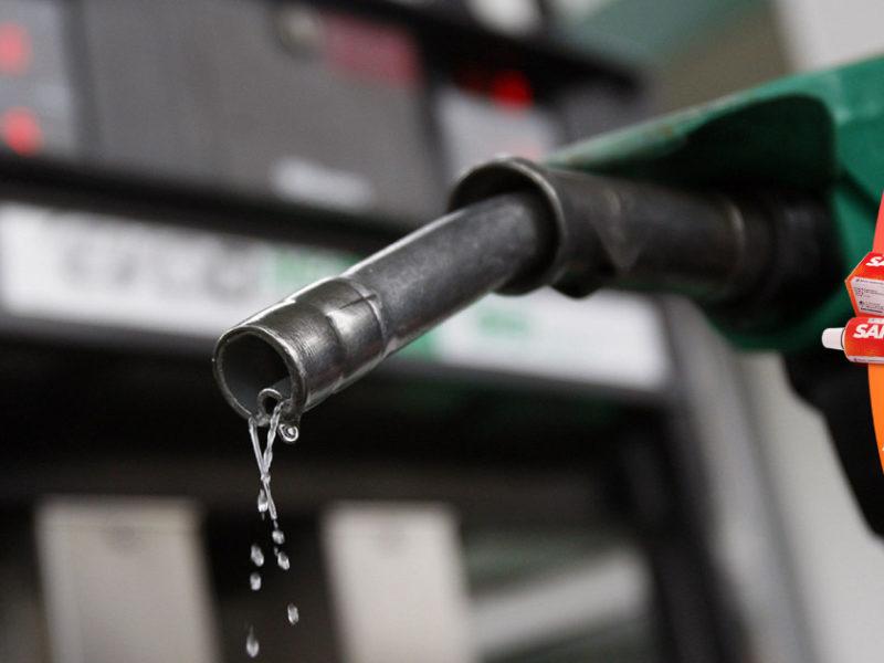 Analista señala que congelamiento de los combustibles es una medida del gobierno para contener la inflación